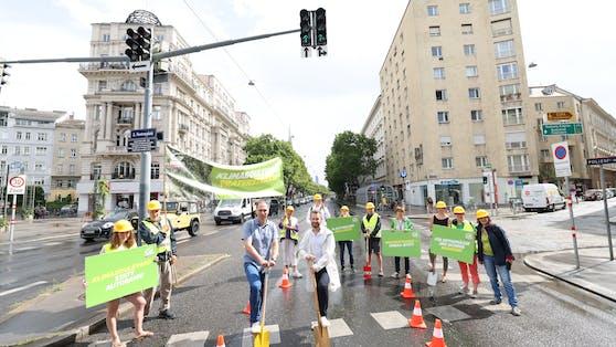 """""""Die Praterstraße ist Symbol für Beton-Stadtplanung"""", so die Wiener Grünen, die am Mittwoch einen """"Spatenstich"""" für den vorerst gestoppten Umbau der Straße durchführten."""