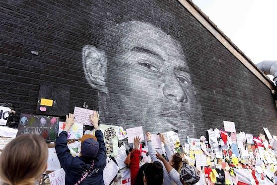 Schmierereien am Portrait von Marcus Rashford wurden überklebt.