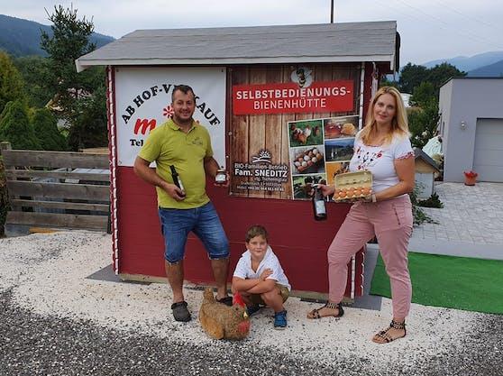 Die Familie verkauft in ihrer Selbstbedienungshütte in Griffen (Kärnten) die Produkte ihres Bauernhofs.