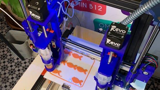 Das 3D-Gerät presst den Fisch auf den Teller.
