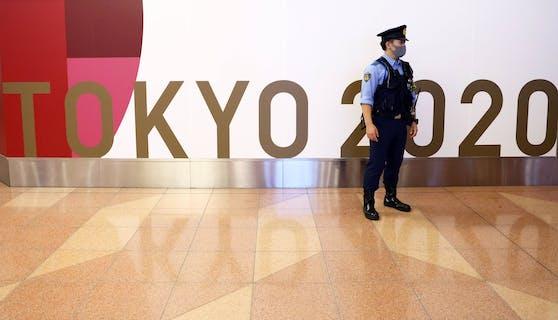Polizei und Sicherheitskräfte werden in Tokio auf die Einhaltung der Corona-Maßnahmen achten.