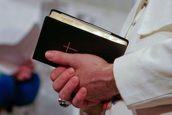 Symbolbild eines Pfarrers.