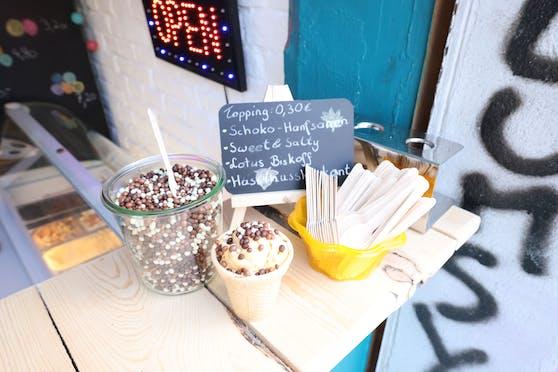 Auf Wunsch können Gäste ihr Eis mit Schoko-Hanfsamen garnieren.