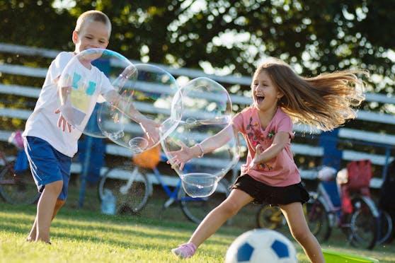 Neben Clownerie gibt es Riesenseifenblasen als Rahmenprogramm beim Kinderflohmarkt.