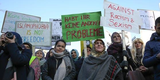 2017 wurde gegen ein solches Kopftuch-Verbot demonstriert.