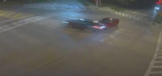 """Mit 160 km/h raste eine Frau über eine rote Ampel und verursachte einen Unfall. Sie habe """"Gott das Steuer überlassen"""". Ihre Tochter liegt im Spital."""