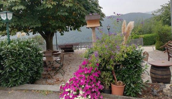 Hier möchte man verweilen: Im Gastgarten des Kuturgut z'Linz wähnt man sich ganz weit weg von der Stadt.