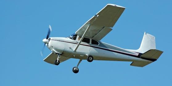Ein Cessna 182 Leichtflugzeug (Symbolbild)