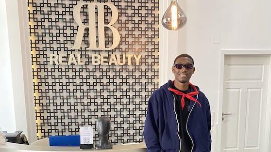 """David Alaba lässt sich bei seinem Besuch im Salon """"Real Beauty"""" ablichten."""
