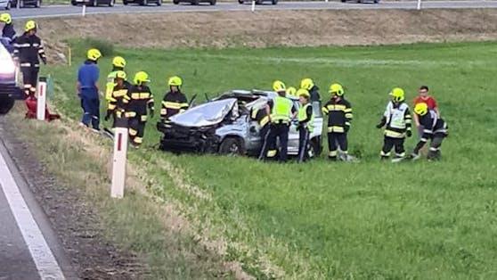 Der Pkw überschlug sich mehrmals. Beide Insassen erlitten schwerste Verletzungen.