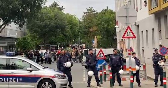Rechtsextreme demonstrierten vor einem Asylzentrum in Favoriten.