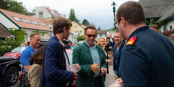 Mitglieder der FF Süßenbrunn, der FF Breitenlee, des KHD Wien sowie Vertreter des österreichischen Bundesfeuerwehrverbandes mit Arnold Schwarzenegger