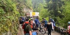 LKW blockiert bei erster Tour-Alpenetappe die Straße
