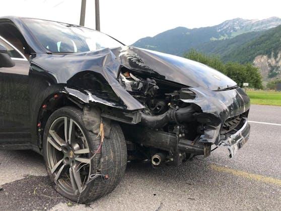 Teurer Unfall: Ein Porsche kam von der Straße ab und kollidierte mit 15 Zaunpfosten und einer Straßenlaterne.