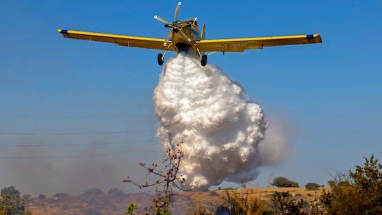 Ein Löschflugzeug anlässlich der Waldbrände auf Zypern
