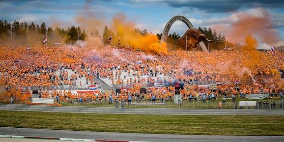 Viele Fans aus Holland nebelten die Tribünen ein.