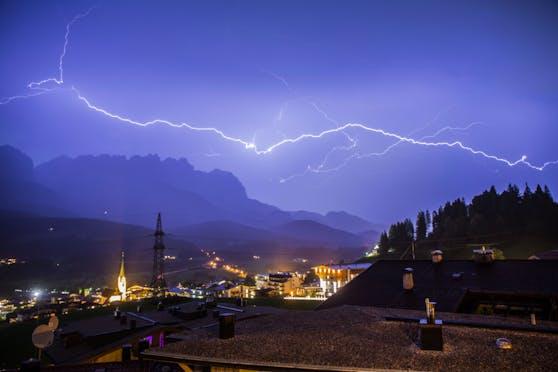 Blitze über dem abendlichen Himmel von Ellmau in Tirol. Archivbild