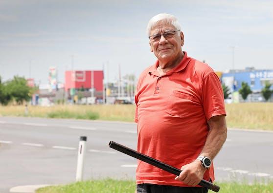 Mit dieser Stange folgte Alfred Michlmayr (78) dem Einbrecher bis ins Haid-Center.