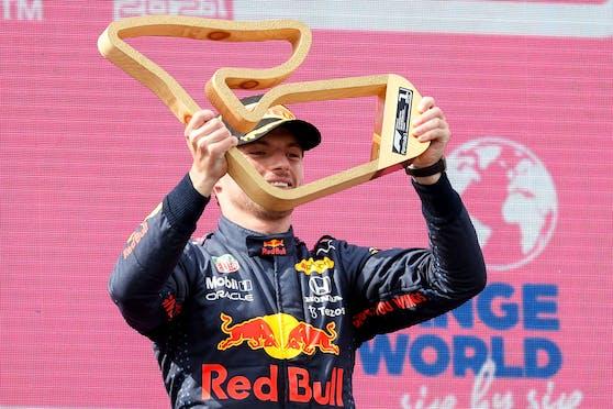 Max Verstappen mit der Sieger-Trophäe.