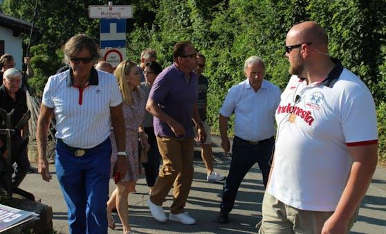 Arnie spaziert mit Fans durch seinen Geburtsort Thal.