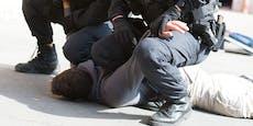 Mann tritt 21-Jährigem bei Polizeieinsatz gegen Kopf
