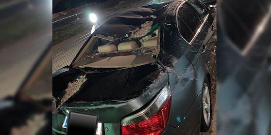 Herunterstürzende Bauteile zerstörten die Autos mit Wiener Kennzeichen.