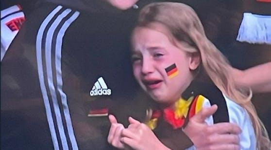 Ein kleines Mädchen weint über Deutschlands EM-Aus.
