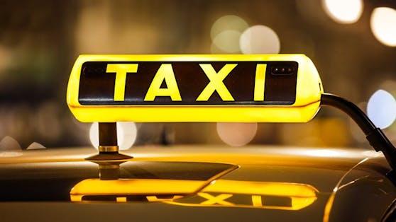 Das Taxi ließen die beiden nach dem Unfall in einer Wiese zurück (Symbolfoto).