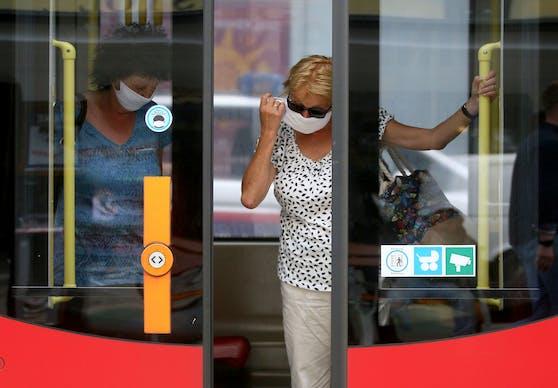 Die FFP2-Maske kann jetzt zu Hause bleiben. Ein Mund-Nasen-Schutz reicht in den Öffentlichen Verkehrsmitteln aus.