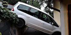 Auto kracht gegen Hausmauer, verfehlt Bewohner knapp