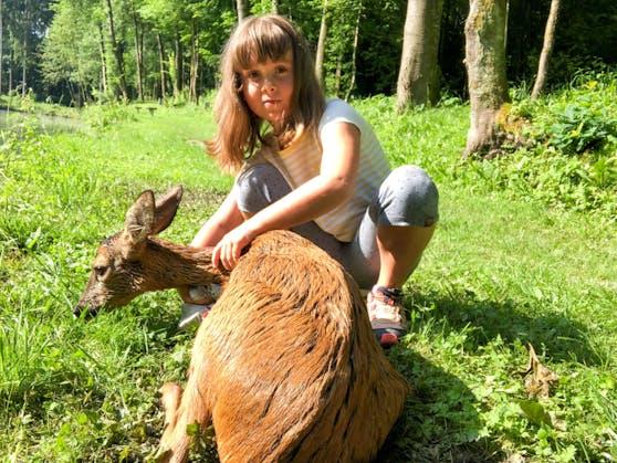 Die 8-jährige Leonie Berthold-Berger aus Aurolzmünster entdeckte das Reh im Teich, holte ihren Papa zu Hilfe.