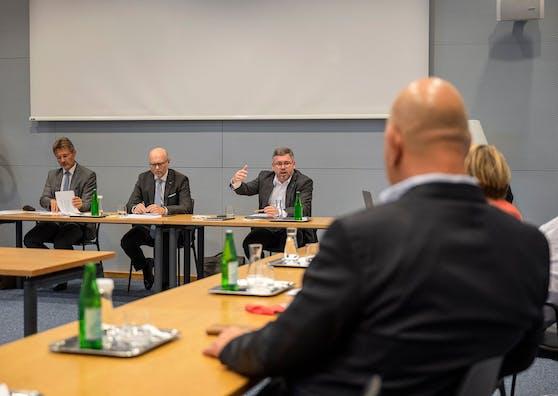 Landesrat Ludwig Schleritzko im Gespräch mit Gemeindevertretern.