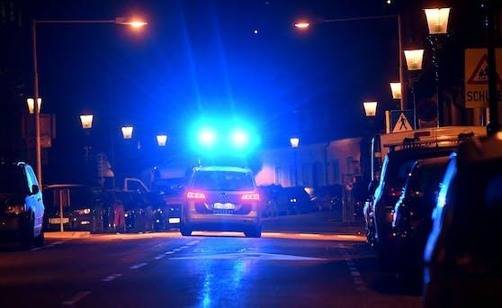 Die Beamten mussten einschreiten, weil der 45-Jährige zuvor Rettungssanitäter attackiert hatte. Symbolbild.
