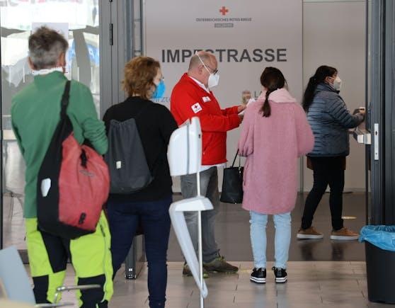 In Salzburg mussten am Wochenende rund 180 Personen das Messenzentrum ohne Impfung verlassen. Sie hatten einen zu frühen Termin für ihren Zweitstich erhalten. (Archivbild vom 29.03.2021)