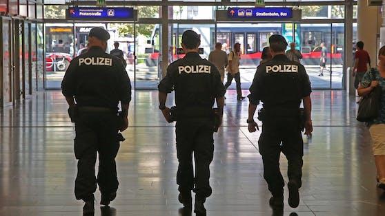 Nachdem ein Mann wegen Verdachts des Suchtmittelhandels festgenommen wurde, attackierte jener einen Polizisten. (Archivbild)
