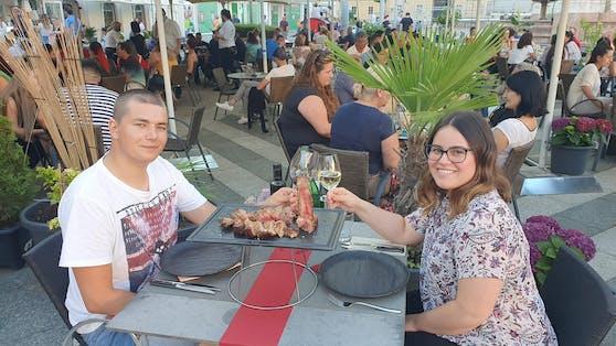 """Jasmin und Dominik entdecken ihre Hauptstadt nach dem Lockdown neu - hier beim Abendessen im Restaurant """"La Dolce Vita""""."""