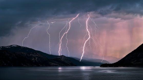 Bei Norwegen sind drei Schwestern auf einer Wanderung von einem Blitz getroffen worden (Symbolbild)