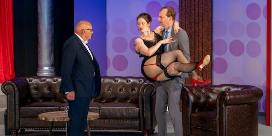Minister Willey (Böck) hat mit der Sekretärin (Nanette Waidmann) der Opposition ein Pantscherl.