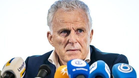 De Vries ist der führende Kriminalreporter der Niederlande und tritt regelmäßig auch als Sprecher von Opfern oder Zeugen bei Prozessen auf.