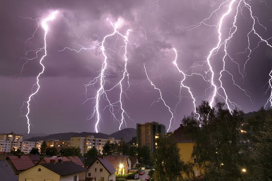 Ein schweres Gewitter entlädt Blitze über Linz. (Archivbild)