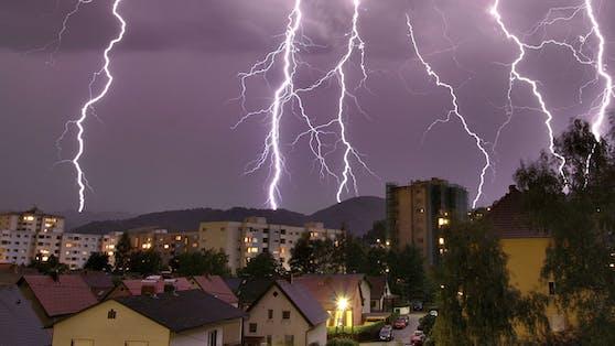 Ein schweres Gewitter entlädt Blitze über Linz. Archivbild