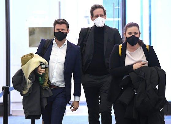 David Stögmüller (Grüne, li.) wurde positiv auf das Coronavirus getestet. Das Archivbild zeigt ihn zusammen mit SPÖ-Politiker Jan Krainer und Grünen-Fraktionsführerin Nina Tomaselli.