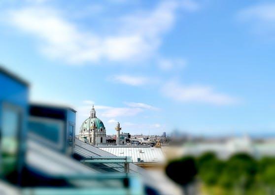 Ein wahrhaft unverwechselbarer Ausblick auf die Wiener Karlskirche - aufgenommen von der Terrasse des Hotel Imperial.