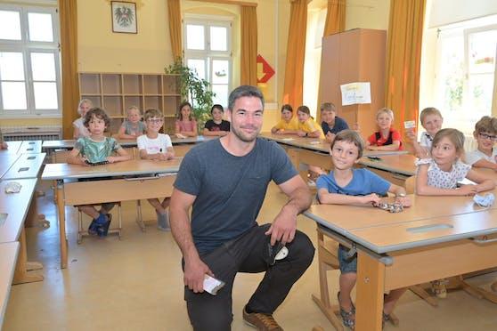 Für einen Tag kehrte Ski-Weltmeister Vincent Kriechmayr an seine Volksschule zurück.