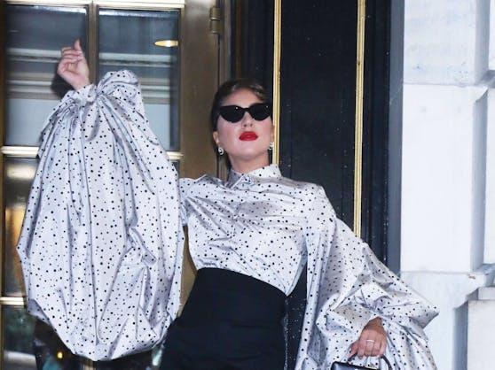 Lässt die goldene Hollywood-Ära outfittechnisch auferstehen: Lady Gaga.