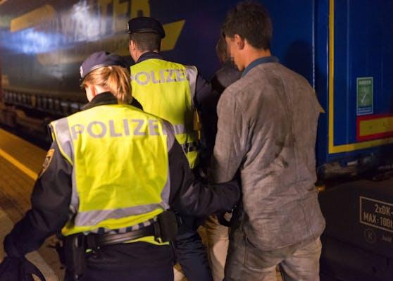 Ein aufgegriffener Flüchtling an der Grenze. Ein Pushback durch die Polizei sorgt nun für Wirbel. (Symbolfoto)