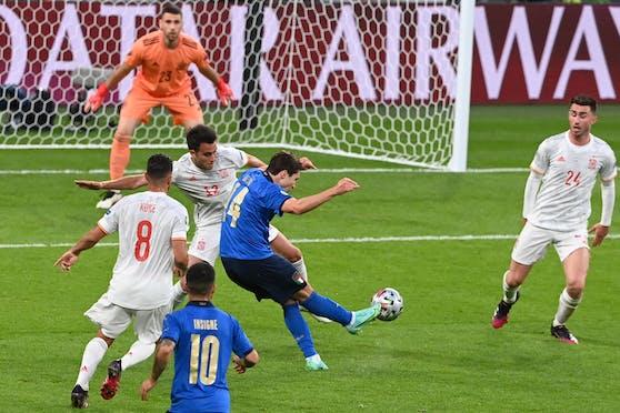 Chiesa zirkelt den Ball zum zwischenzeitlichen 1:0 ins Tor.