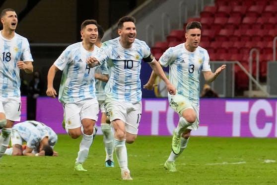 Lionel Messi jubelt mit seinen argentinischen Landsmännern über den Finaleinzug.