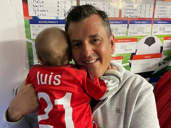 Volksmusik-Star und Fußball-Fan Marc Pircher und sein jüngster Sohn Luis Niclas.