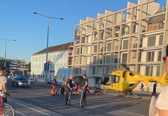 Der Rettungshubschrauber landete auf der Wagramer Straße (Wien-Donaustadt)